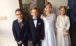 Vier Kinder gehen in Niesen zum 1. Mal zum Tisch des Herrn