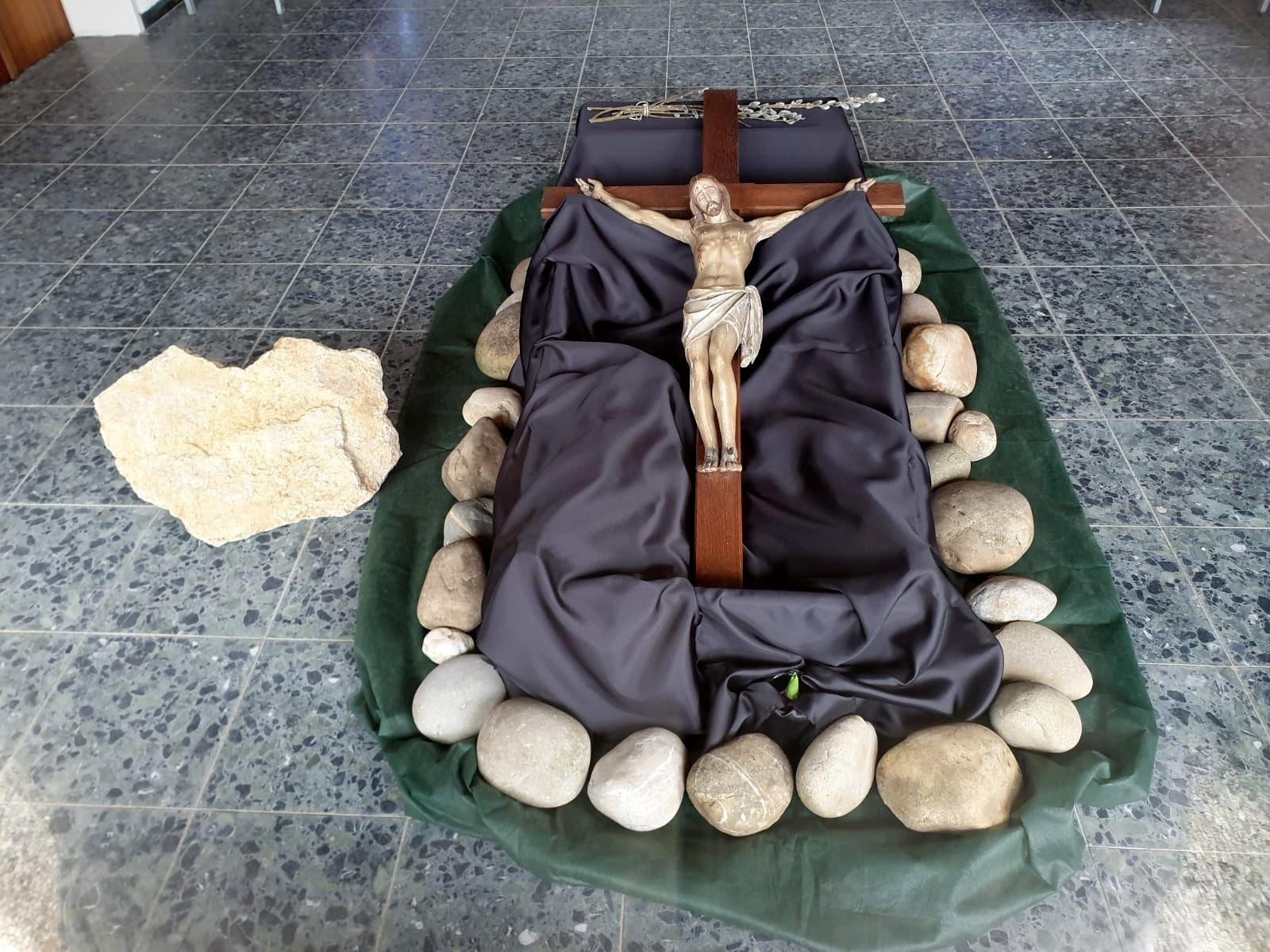 XIV. Station: Der heilige Leichnam Jesu wird in das Grab gelegt